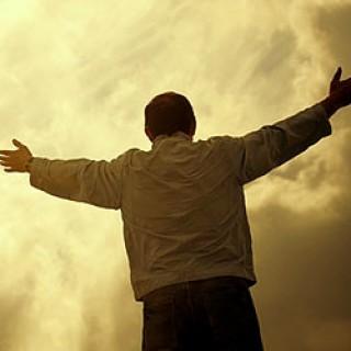 hombre-levanta-sus-manos-ante-dios